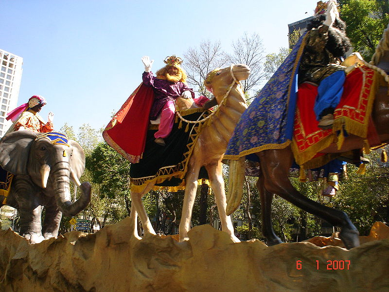 People representing the Tres Reyes Magos in Mexico